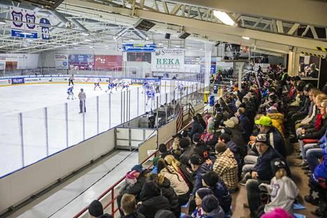 Yleisö jännittää KeuPan kotipeliä Keuruun jäähallissa.