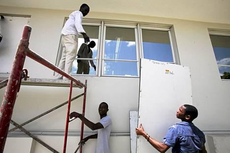 Haitilaiset suojasivat Food for The Poor -järjestön keskustoimistoa Isaac-myrskyn varalta torstaina.