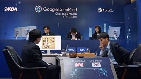 Lee Sedol (oik.) tunsi paineet niskassaan pelatessaan AlphaGo-tekoälyä vastaan Soulissa vuonna 2016. Aasiassa otteluita seurasi tiettävästi 160 miljoonaa ihmistä.