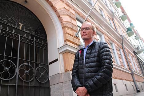 Historioitsija Erkki Vettenniemi Vironkatu 7:n edustalla Kruununhaassa.