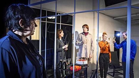 Sanna-Kaisa Palo, Maria Ahlroth, Robert Kock, Jessica Raita ja Viktor Idman Allt som sägs -näytelmässä.