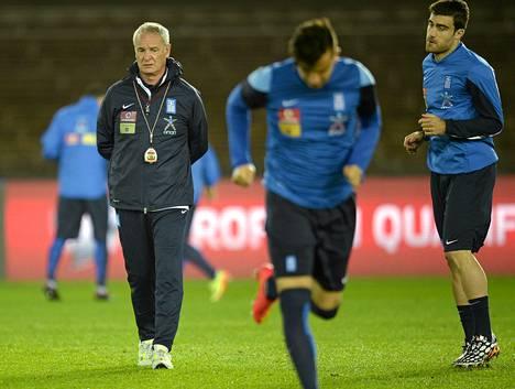 Claudio Ranieri (vas.) Kreikan maajoukkueen valmentajana Olympiastadionilla lokakuussa 2014.