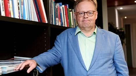 Pormestariehdokas ja neuvottelujen puheenjohtaja Juhana Vartiainen.