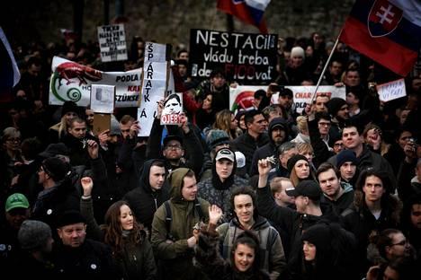 Muistomarssi murhatun toimittajan Ján Kuciakin ja tämän naisystävän Martina Kušnírován kunniaksi keräsi perjantaina Bratislavan keskustaan Slovakian kansannousun aukiolle 25 000 mielenosoittajaa. Moni kilisteli avainnippua, sillä se oli 30 vuotta sitten samettivallankumouksessa tärkeä symboli vapaudelle ja demokratialle.