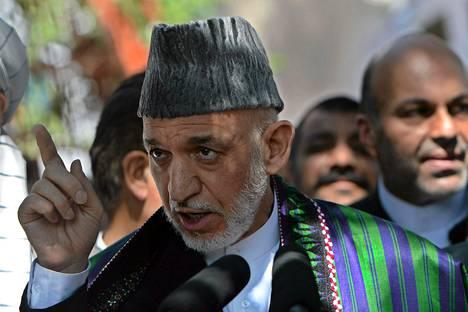 Afganistanin presidentti Hamid Karzai puhui medialle maanantaina Kabulissa.