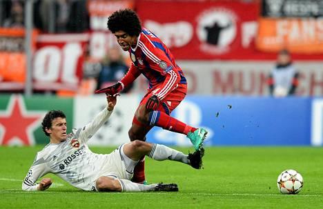Suomen maajoukkuepelaaja Roman Eremenko kamppaili pallosta Bayern Münchenin puolustaja Danten kanssa keskiviikkona Mestarien liigan ottelussa.
