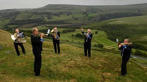 Pohjoisenglantilainen puhallinorkesteri pääsi tiistaina harjoittelemaan ensi kertaa koronarajoitusten jälkeen. Harjoitus pidettiin Huddersfieldin lähellä sijaitsevan Marsdenin kylän kukkuloilla.