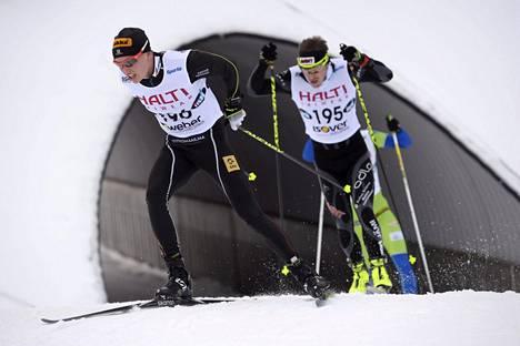 Matti Heikkinen (vas.) voitti lauantaina 15 km:n kilpailun, jossa todellinen matka oli 13,7 kilometriä. Heikkisen perässä hiihti osan matkaa Antti Ojansivu, joka sijoittui kuudenneksi.