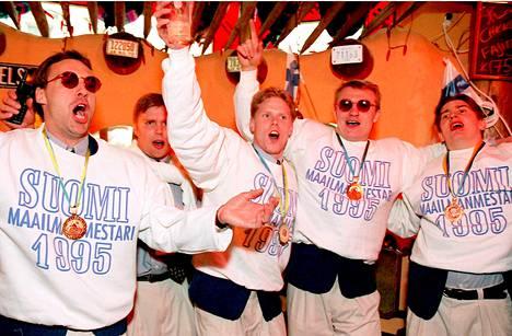 Hannu Virta (vas), Timo Jutila, Saku Koivu, Jere Lehtinen ja Ville Peltonen lauloivat Lerijonien voitonjuhlassa vuonna 1995.