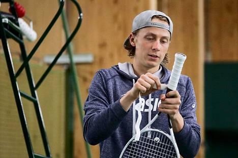 Emil Ruusuvuori viritteli mailaansa Talin tenniskeskuksessa toukokuussa.