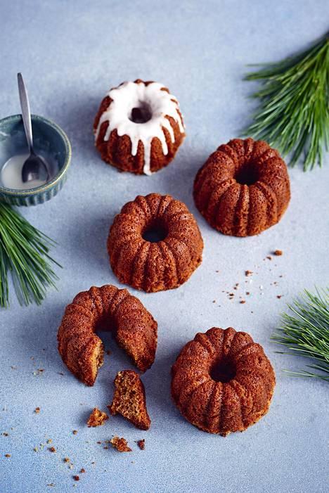 Puolukkahillolla ja piparkakkumausteella rikastetun taikinan voi paistaa pienten kakkujen sijasta yhdeksi isoksi kakuksi.