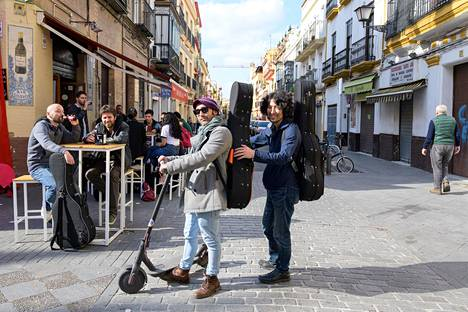 Espanjalainen Fernando Abengozar ja tokiolainen Andy Ido opiskelevat kitaran soittoa flamencon juurilla Trianan kaupunginosassa.