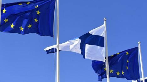 LKS 20200509 Euroopan Unionin ja Suomen liput liehuivat salossa Helsingin kaupungintalon edustalla Eurooppa-päivän kunniaksi Helsingissä lauantaina 9. toukokuuta 2020. Suomalaisten EU-myönteisyys on notkahtanut. Elinkeinoelämän valtuuskunnan (Eva) arvo- ja asennetutkimuksesta käy ilmi, että suomalaisten EU-myönteisyys on pudonnut seitsemän prosenttiyksikköä viime syksystä. ... The flags of the European Union and the flag of Finland in Helsinki, Finland on 9th May, 2020, as the Europe Day is celebrated all around the EU. LEHTIKUVA / VESA MOILANEN
