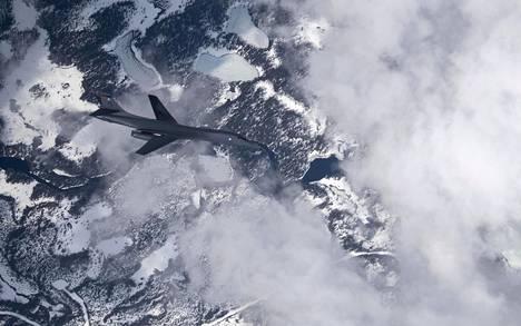Yhdysvaltalainen B-1B Lancer -pommittaja lensi pohjoisruotsalaisen Vidselin lentoharjoitusalueen maisemissa Yhdysvaltojen ja Ruotsin ilmavoimien yhteisharjoituksessa viime keväänä.