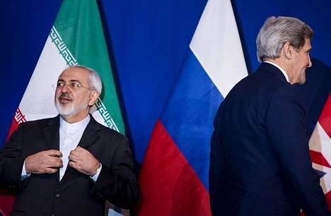 Iranin ulkoministeri Javad Zarif (vas.) ja Yhdysvaltain ulkoministeri John Kerry lehdistötilaisuudessa Sveitsin Lausannessa huhtikuussa 2015.