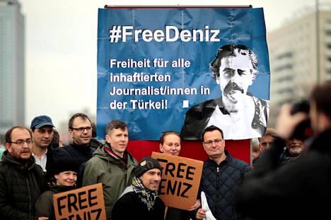 Mielenosoittajat vaativat journalisti Deniz Yücelin vapauttamista Berliinissä 19. helmikuuta.