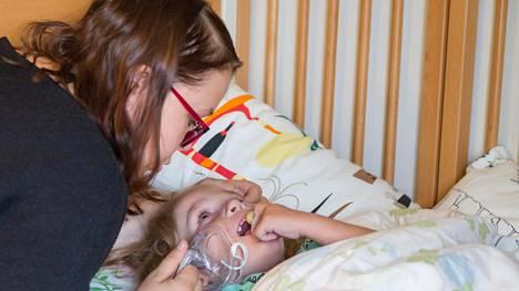 Kasperin makuuhuone on yhdistelmä pienen pojan omaa huonetta ja sairaalaa. Poika tarvitsee ajoittain esimerkiksi lisähappea. Vierellä äiti Jenni Arteli.
