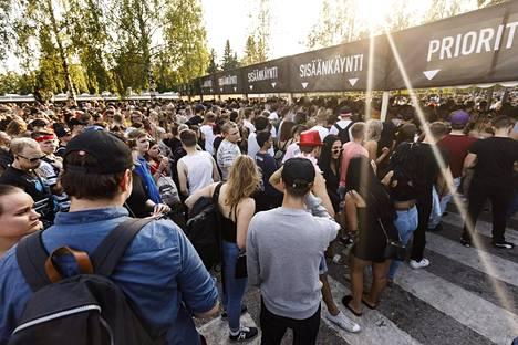 Portit aukesivat myöhässä Weekend Festival 2018 -tapahtumaan Helsingissä perjantaina. Ihmiset joutuivat odottamaan alueelle pääsyä kolme tuntia.