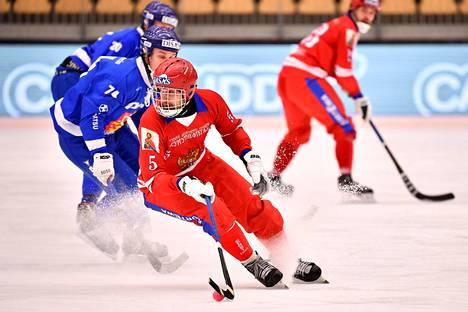 Venäjän Artem Bondarenko pelasi vahvan ottelun Suomea vastaan jääpallon MM-välieräottelussa.