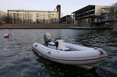 1. joulukuuta: Joulukuu alkoi vain vaisulla räntäsateella. Kumivene täysin sulassa Ruoholahden kanavassa.