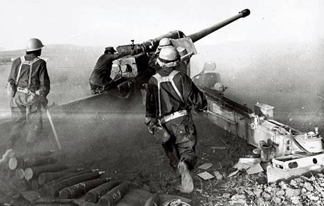 Israelilaissotilaat ampuivat tykillä kohti syyrialaisjoukkojen asemia Golanin kukkuloilla lokakuussa 1973.
