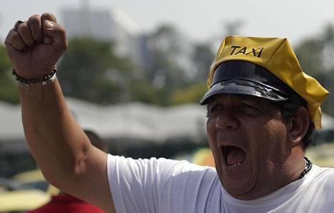 Taksikuskit protestoivat kyytipalvelu Uberia vastaan.