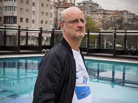 Henrik Dettmann katseli Istanbulin maisemia Beşiktaşin harjoituskeskuksen lähistöllä.