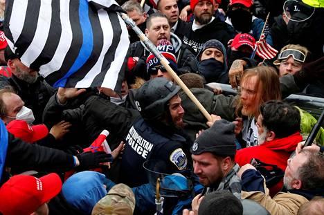 Donald Trumpin kannattajat ottivat yhteen poliisin kanssa Yhdysvaltain kongressitalon edessä Washingtonissa 6. tammikuuta.