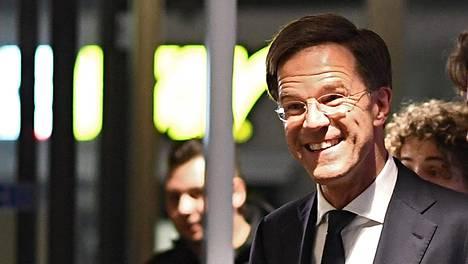 Hollannin pääministeri Mark Rutte saapui parlamenttitaloon Haagissa. Hänen VVD-puolueensa pysyi suurimpana keskiviikon vaaleissa.