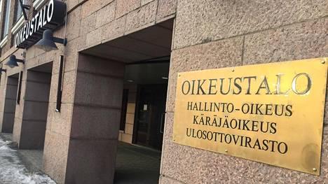 Ulosottovelallisten määrä on ollut nousussa vuoden 2014 jälkeen. Kuva Kanta-Hämeen Hämeenlinnassa sijaitsevan oikeustalon edustalta.