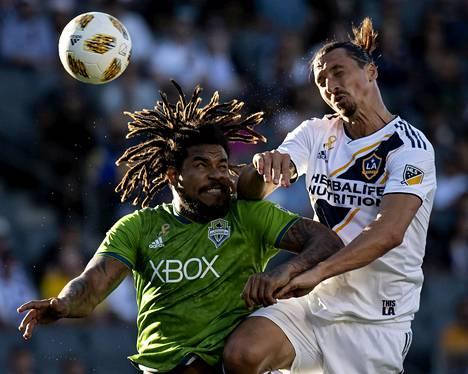 Kymmenen ottelun pelkiellon positiivisen dopintestin takia saanut Seattle Soundersin Román Torres (vas.) on kohdannut MLS-kentillä muun muassa Los Angeles Galaxyn Zlatan Ibrahimovićin.