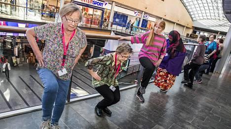 Pirjo Saarinen (vas.), Ritva Ruodemäki ja Mella Blomberg-Aurola osallistuivat vanhusten kauppakeskuskävelyyn ja jumppahetkeen Matinkylän Isossa Omenassa.