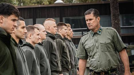 Amerikkalaisnuorukainen (Kian Langley, vas.) joutuu Suomessa erikoisjoukkojen koulutukseen. Koulutusleiriä vetää Tommi Korpelan esittämä majuri.