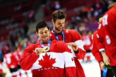 Chris Kunitz (edessä) sai voitti olympiakultaa Sotšissa 2014. Kunitz ja Jeff Carter ihailivat mitaleitaan palkintojenjaon jälkeen.