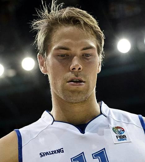 Takamies Petteri Koponen <br />(oik.) on yksi pelipaikkansa valioista Euroopassa. <br />Hänen johdollaan Suomi <br />joko juhlii tai kaatuu.