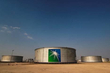 Saudi-Arabian valtion suurimmalta osin omistaman öljy-yhtiön Saudi Aramcon varastoja Abqaiqissa. Saudi Aramco on maailman suurin öljy-yhtiö.