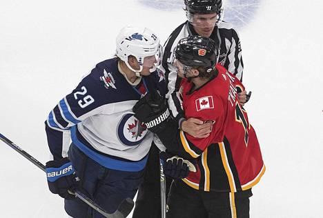 Winnipegin Patrik Laine ja Calgaryn Matthew Tkachuk ajautuivat sanaharkkaan ottelun toisessa erässä.