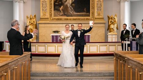 Petra ja Marco Syväntö menivät 21. maaliskuuta naimisiin Helsingin tuomiokirkossa. Paikalla oli koronaepidemian takia vain muutama perheenjäsen.