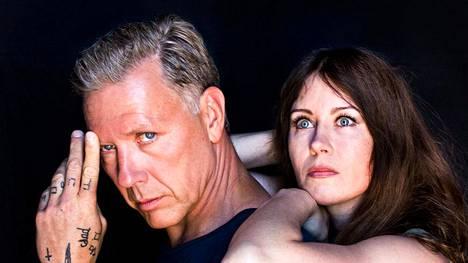Mikael Persbrandt ja Anna Odell etsivät totuutta.