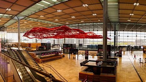 Berliinin-Brandenburgin lentoaseman aula on avara ja punaisen taideteoksen sävyttämä.