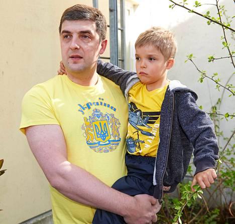 Helsingissä asuva ukrainalainen Denis Pertsev sylissään Artem-poika.