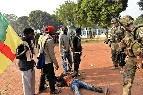 Ranskalaiset sotilaat evakuoivat mielenosoituksessa haavoittuneen lähellä Banguin lentokenttää.
