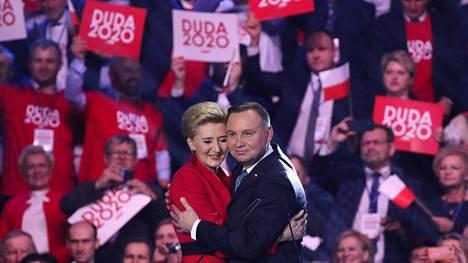 Puolan presidentti Andrzej Duda halasi vaimoaan Agata Kornhauser-Dudaa vaalikampanjansa avajaistilaisuudessa Varsovassa helmikuussa.