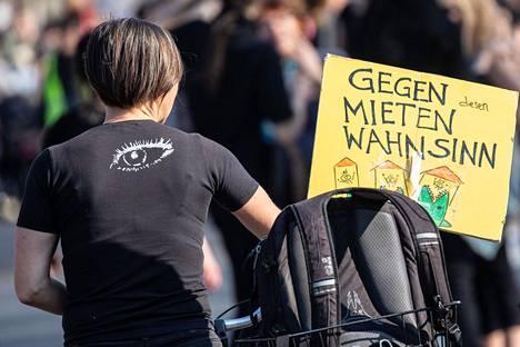"""Berliiniläisen mielenosoittajan kyltissä luki """"Vuokrahulluutta vastaan"""" huhtikuussa järjestetyssä protestissa."""