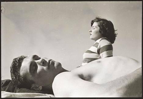 """""""Ammattinyrkkeilijä: Walter Cartier on nuori, vahva keskisarjan nyrkkeilijä, joka tarpoo eteenpäin urheilun rankimmalla saralla"""", julkaistu 18.1.1949. Tässä esseessä käsitellyt vastoinkäymisten ja väkivallan teemat karussa maailmassa jatkuivat läpi Kubrickin elokuvauran. Kubrick teki Cartierista myös ensimmäisen elokuvansa, lyhyen uutisfilmin Day of the Fight."""