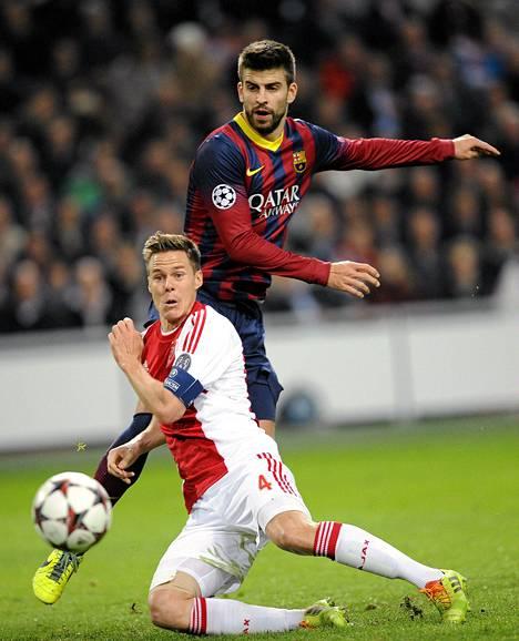 Niklas Moisander kävi kovaa kamppailua muun muassa Barcelonan kovaluisen puolustajan Gerard Piquen kanssa.