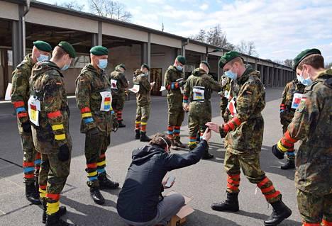 Saksalaiset sotilaat testasivat koronavirustartuntojen selvittämiseen tarkoitetun älypuhelinsovelluksen esiversiota huhtikuun alussa Berliinissä.