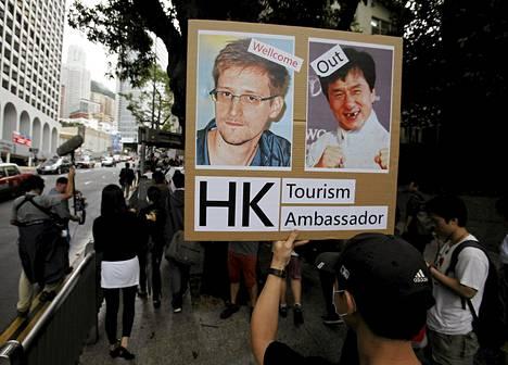 Mielenosoittaja tuki Edward Snowdenia Hongkongissa lauantaina.