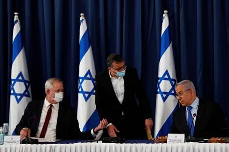 Israelin pääministeri Benjamin Netanyahu (oik.) sekä varapääministeri ja puolustusministeri Benny Gantz (vas.) hallinnon kokouksessa sunnuntaina 28. kesäkuuta.