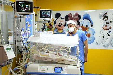 Hoitaja tarkisti casablancalaisessa sairaalassa, miten yksi yhdeksästä malilaisnaisen keskosvauvasta voi.